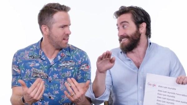 Ryan Reynolds e Jake Gyllenhaal em clima de bromance respondendo as perguntas do Google